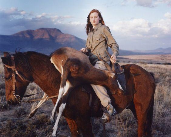 42 fotografias impressionantes da raça humana (40) Garota ruiva com seu troféu de caça
