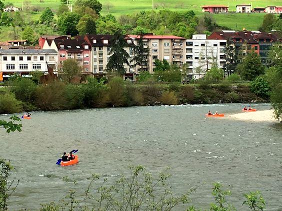 El río Sella con nuestras canoas y con nuestras instalaciones a la izquierda  #descenso #sella #canoas #canoa #arriondas #rio