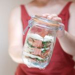 Sandwich de queso, rúcula, salmón, y brotes de soja