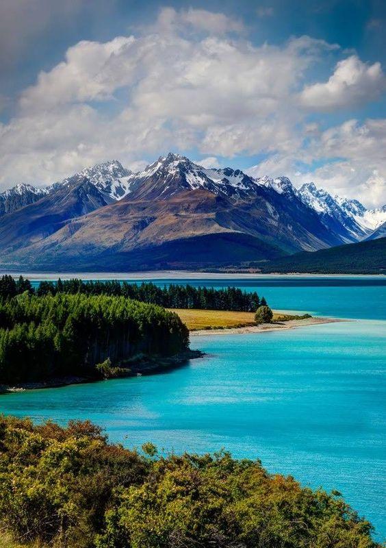 Lake Tekapo, na Ilha Sul da NZ, é um lago cor de turquesa que fica a 710 m acima do nível do mar.  Suas águas são consideradas as mais cristalinas de todo o hemisfério sul