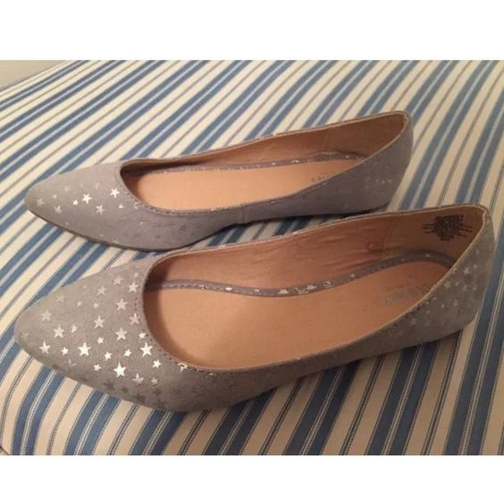 NEW StaR PATtern FLATS SZ 9 gray silver skimmer New gray Pointed toe ballet flats with adorable silver star pattern allover. Sz 9. Old Navy Shoes Flats & Loafers
