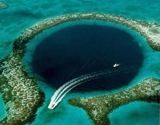 Grande Buraco Azul, Belize,O Grande Buraco Azul é uma criação natural deslumbrante formado devido a glaciações regulares quando os níveis do mar não eram muito maiores.Cercada por recifes de corais nas laterais, este grande sumidouro submarino é como peça de jóia na água perto da cidade de Belize.