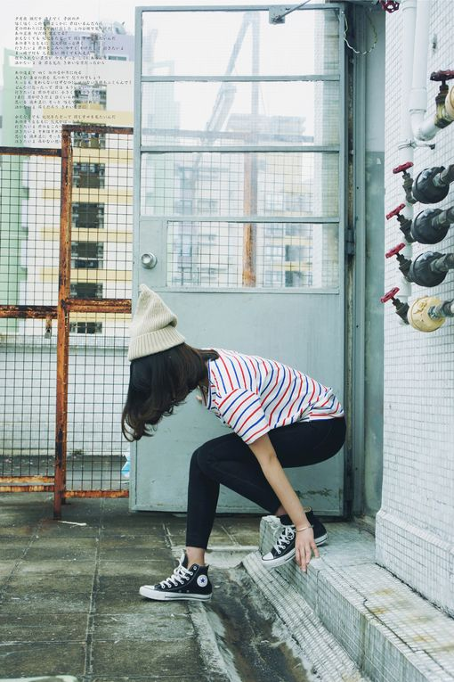 Stripy tee with jeans, a beanie and sneakers: