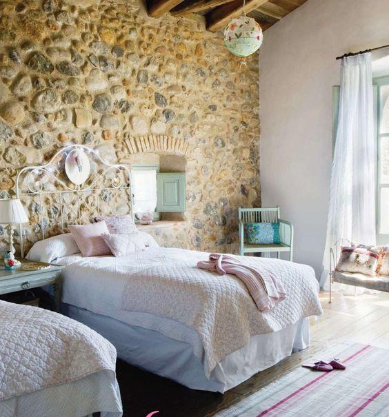 Dormitorio r stico y sencillo con pared en piedra - Cabeceros de piedra ...