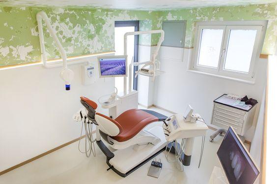 Auch hier vereinen wir stilvoll das professionelle Dekor einer Praxis mit Wohlfühl-Elementen, die an einen Clubbesuch erinnern. Unser Ziel: Sie sollen sich bei uns wie Zuhause fühlen. Unser Zahnarzt-Team in Steinhausen freut sich auf Ihren Besuch. www.dental-club.ch #Zahnarzt #Schweiz #DentalClub #Dentist #Zahnarztpraxis #ZahnarztpraxisSchweiz