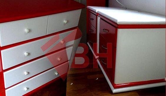 Envelopamento de armário em adesivo vermelho vivo e branco leitoso. Adesivo de parede. Adesivo personalizado. Adesivo armário de cozinha. Armário de madeira. Comprar em www.coleerenove.com.br