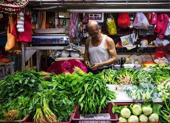 Chợ Tiong Bahru nơi bán nhiều loại rau quả và trái cây cùng nhiều loại thực phẩm nhập khẩu.