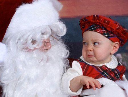 Cette petite fille, qui fusille littéralement le Père Noël du regard : | 22 enfants qui n'ont VRAIMENT pas envie de faire une photo avec le Père Noël