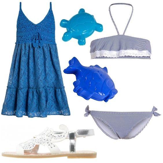 Look per il mare composto da costume due pezzi a righe blu e pizzo sangallo, abito blu con corpetto ricamato all'uncinetto e gonna in pizzo, sandali argentati e formine per giocare in spiaggia.