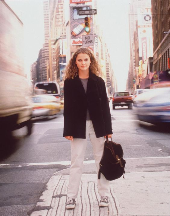 Felicity Porter, FelicityFelicity Porter: queen of sweaters, sneakers and frizzy curls. She left her home in California to attend school in New York and this bookworm manages to perfectly both blend in and stand out on the streets of Manhattan. Photo via WB Television Network: