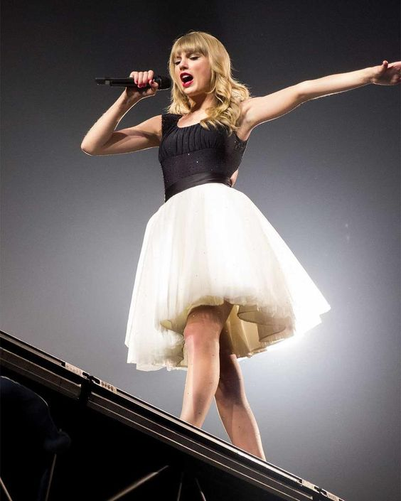 """Taylor swift singing """"Treacherous"""" at the Red Tour"""