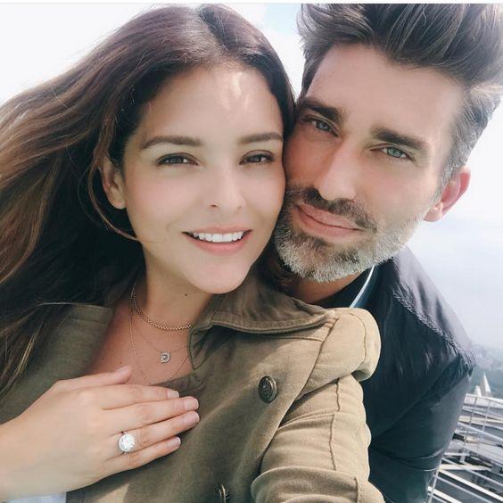 Sorpresa! @grettellv está comprometida. La actriz compartió la foto del momento en el que Leo su futuro esposo le entregó el anillo de compromiso. Felicidades! #regram #grettelvaldez #engagement #carasmexico #love #couplegoals