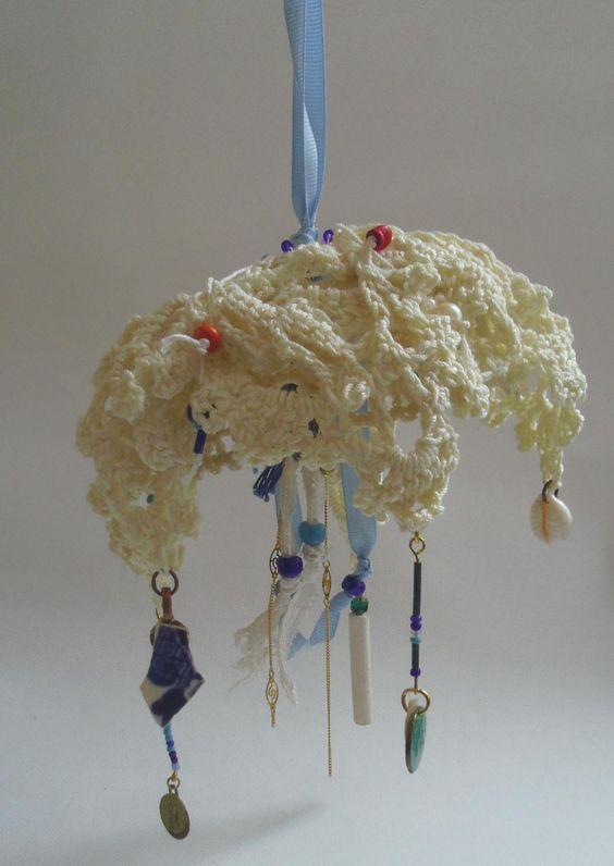 Méduse ivoire : suspension en napperons anciens : Décorations murales par annebernasconi-lespetiteschoses