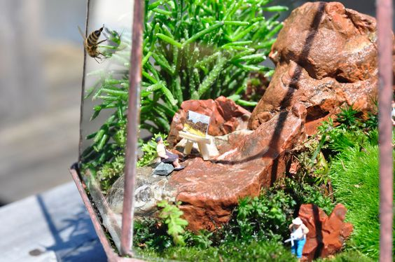 Geometric glass terrarium GARTISAN with tiny people #Upcycling  #moss  #stained glass #succulents #artist #gardener