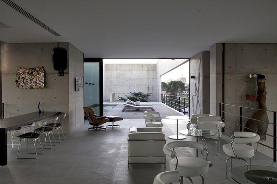 Galeria da Arquitetura | Casa RB - O mobiliário é composto por peças internacionais, modernistas e contemporâneas