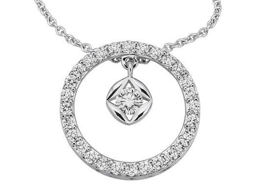 Ein wunderschönes Collier mit Diamanten. Diamantschmuck eignet sich besonders als Geschenk zu Ostern, denn Frauen lieben Diamantschmuck. Überraschen Sie Ihre Partnerin an Ostern doch mit einem Collier, einem Ring, Ohrsteckern oder einem Armband mit Diamanten. Das perfekte Geschenk für's Osternest. Entdecken Sie auf www.bellalcue.de zauberhaften Diamantschmuck. #geschenkidee #ostern #osternest #osterei #diamantschmuck