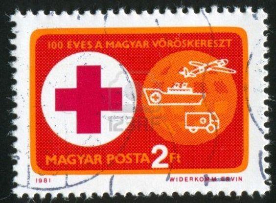 HUNGRÍA-CIRCA 1981: sello impreso por Hungría, muestra de la Cruz Roja y ambulancias, alrededor de 1981 Foto de archivo - 11457712