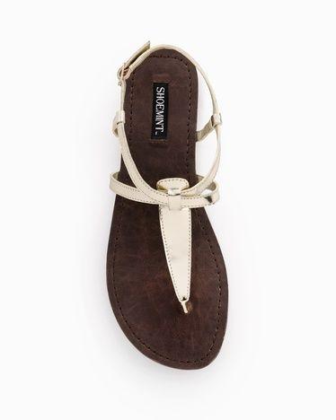 Sandalias planas blancas de dedo.