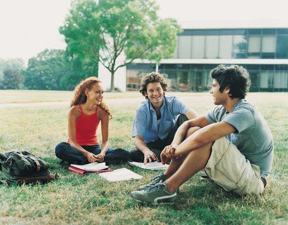 9 dicas para você turbinar o seu curso de idiomas  4. Trabalhar em equipe ajuda a fixar o conteúdo Ao estimular o raciocínio rápido, para encontrar perguntas e respostas durante um diálogo, você deixa a decoreba de lado e aprende na prática. Isso estimula o cérebro, motiva a interatividade e auxilia o aluno a relaxar e perder o medo de cometer erros. Aprender na prática é a saída e você não precisa fazer um intercâmbio para isso.