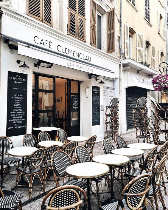 Sillas de Rattan estilo parís en terraza influencia parisina