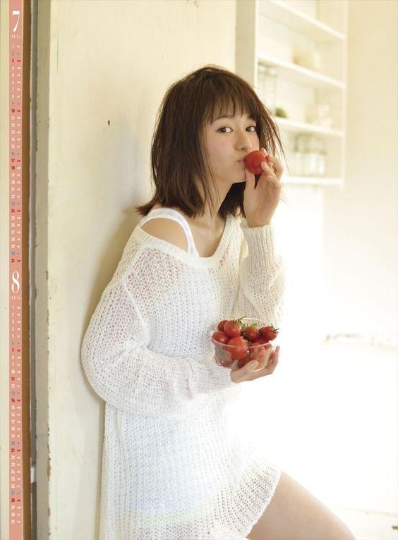 トマトにキスをする山本舞香