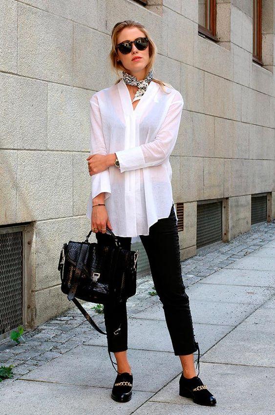 Street style look com camisa branca e calça preta.