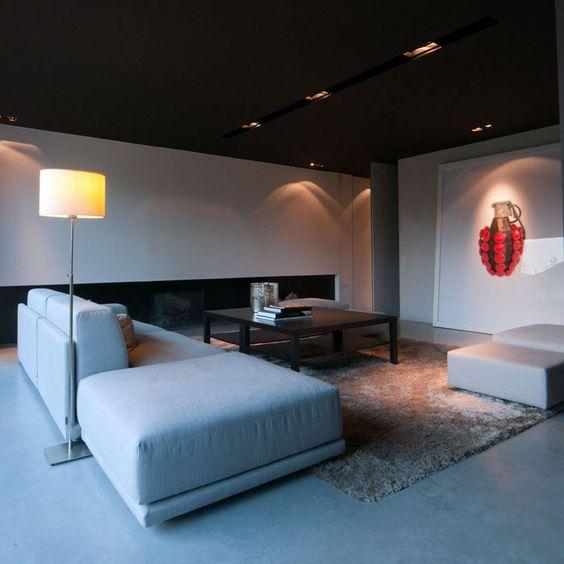 Maison contemporaine / aménagement design / Intérieur Moderne / Salon / Cheminée / Plafond noir / Sol béton / Architecte d'intérieur : Agence MAYELLE / Photo : ©Pierre Rogeaux