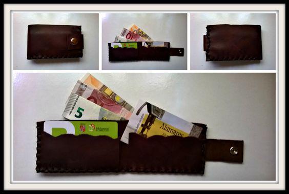 Tamaño mini pero con 2 compartimentos para tarjetas y uno para billetes (estos deben ir doblados)