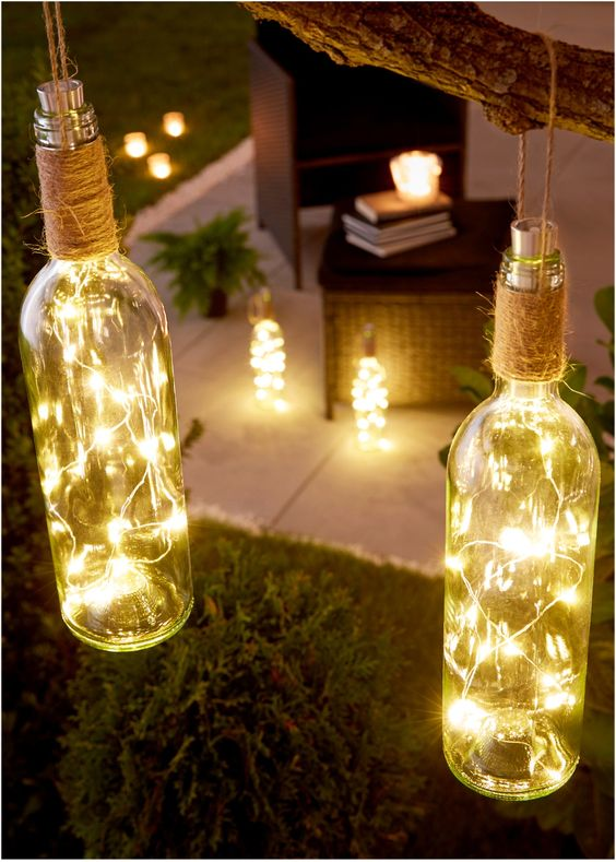 Guarda qui:Un'idea simpatica per la decorazione del giardino, del balcone e per il soggiorno. Bottiglia con all'interno una catena luminosa dotata di 15 lampadine LED dalla luce bianca calda. Funziona con una batteria mignon AA (non inclusa) posta nella chiusura della bottiglia. Con interruttore e spago per appenderla.