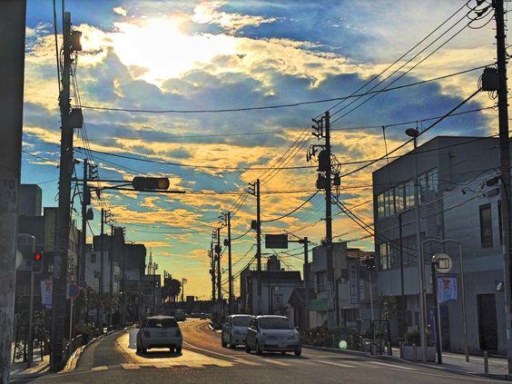 夏が去ってゆく 小さな街の色が  夕陽で霞んでゆく
