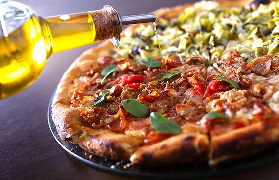 Na mão: a calábria leva mussarela, lingüiça e parmesão; e a san david (ao fundo) é de alho-poró e cream cheese do Pizza na Mão (Foto: Daniel Pera / Photo 5 / ÉPOCA SP)