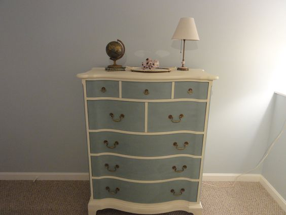 old white and duck egg blue...what I'm going to use in my dining room