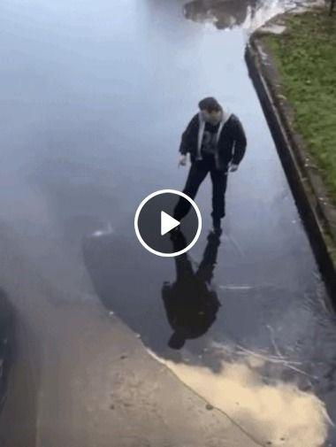 Homem se arrisca a atravessar o gelo fino