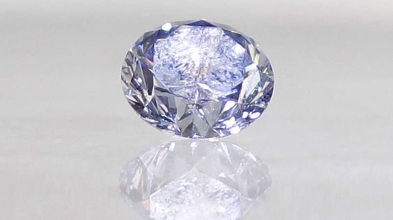 Der Hope-Diamant-Wären sie nicht ziemlich froh, ein Schmuckstück wie den Hope-Diamanten (45,52 Karat) ihr Eigen nennen zu dürfen? Bevor Sie antworten, bedenken Sie aber: Er ist mit einem Fluch belegt. Schon Persönlichkeiten wie der französische König Ludwig XVI. und Marie Antoinette hatten unter ihm zu leiden...Der Hope-Diamant ist ein dunkelblauer, walnussgroßer Diamant, der der Legende nach im 17. Jahrhundert in Indien gefunden worden ist. Gerüchten zufolge gehörte er zur Statue der…