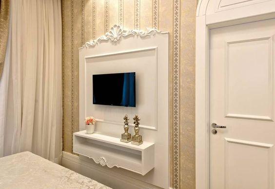 Televisão no quarto da menina, quarto do casal, quarto de princesa. Quarto branco provençal.