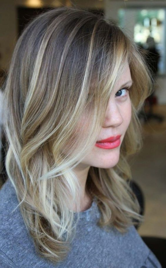 Love this ash blonde balayage hairstyle.