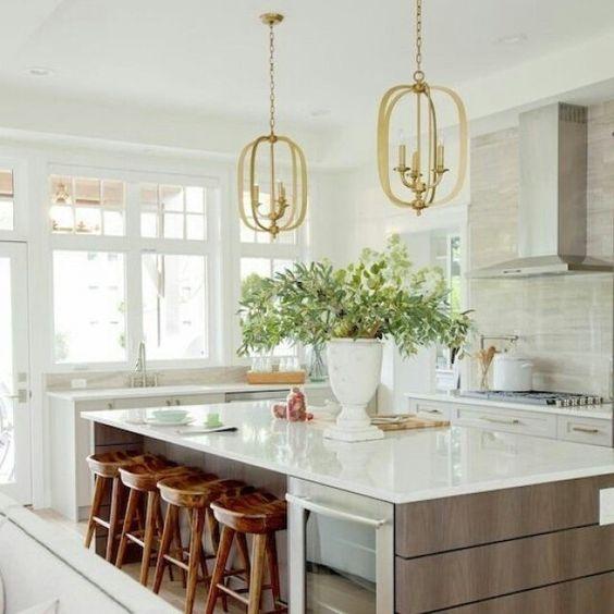 A #cozinha clássica em tons neutros fica mais atual com os pendentes e as banquetas de madeira rústica!  #decoração #decor