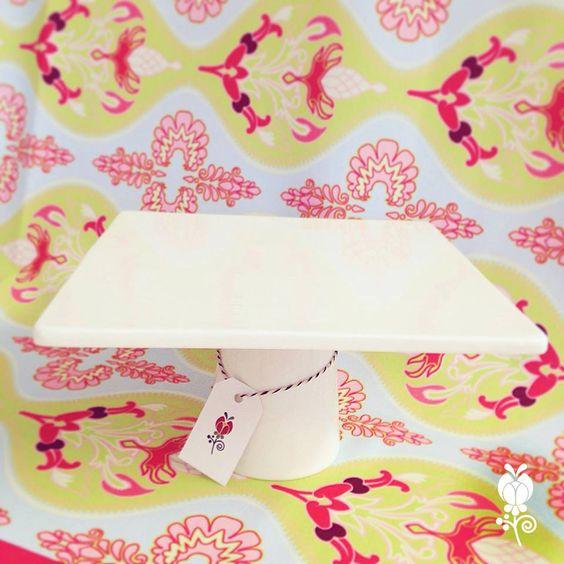 Pie de torta cuadrado de porcelana. 22,5 x 22,5 cm.