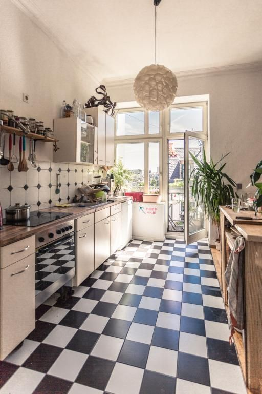 Kuchentraum In Leipzig Schwarz Weisse Fliesen Grosse Arbeitsplatte Mit Viel P Black And White Tiles White Modern Kitchen Dream Kitchen White
