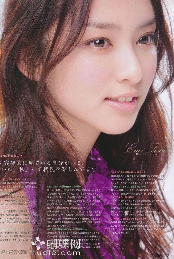 紫のトップスの武井咲