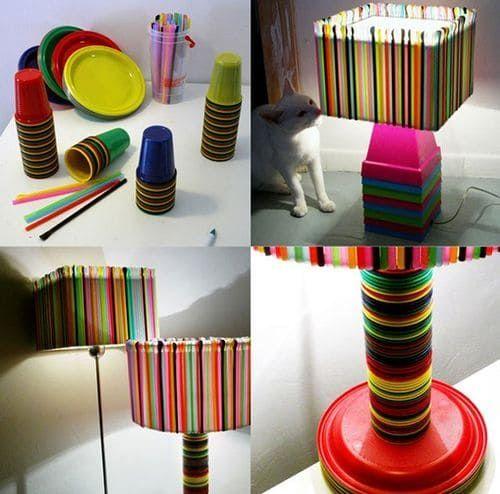Plastic Straw Lampshade https://www.passiondiy.com/plastic-straw-lampshade/ Le #cannucce per cocktail sono le protagoniste di questa bellissima creazione; ma non solo! Vasi, #piatti e #bicchieri di #plastica…