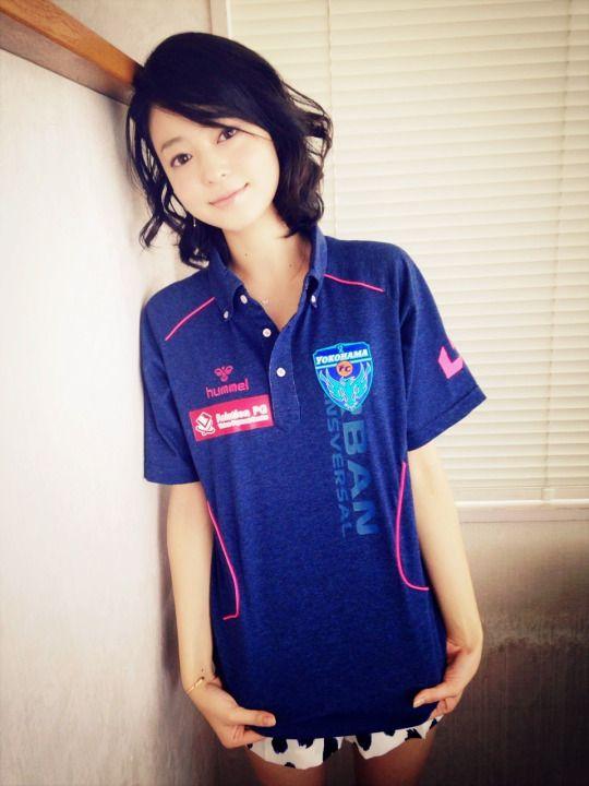 青いユニフォームを着て壁に寄りかかっている小林涼子の画像