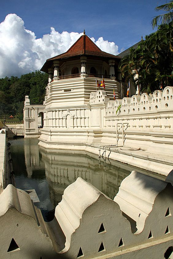 A magical spot in Sri Lanka! This temple holds a Buddha tooth.
