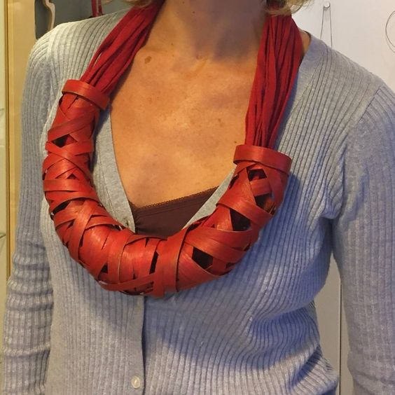 Isabel Tristan - collar inRED - Necklace wood & textile