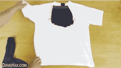 Se você só vai ficar uma noite fora, veja uma maneira fácil de arrumar uma camiseta, meia, cueca e escova de dentes para viajar. | 13 gifs que provam que você tem dobrado tudo errado