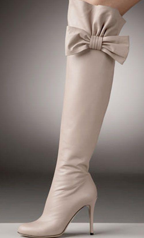 Des bottes cuissardes de chez Valentino idéales  pour un mariage en hiver avec cet adorable nœud au niveau genou