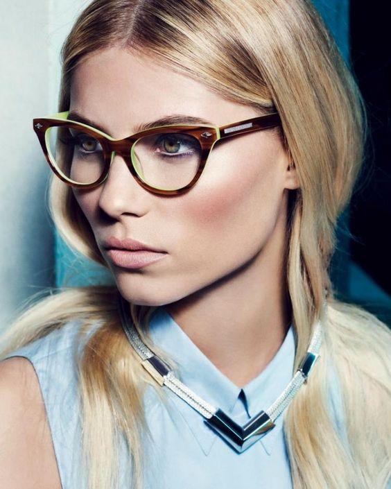 Femme au visage ovale qui porte des lunettes papillon