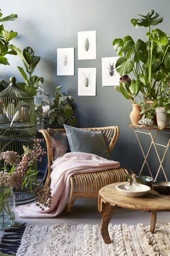 Romantisch urban jungle interieur met rotan stoel: