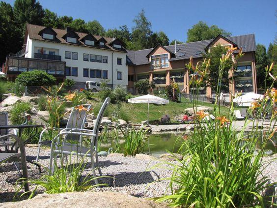 Urlaub mit Hund in Deutschland - Bayern. Hotelanlage Außenanischt. Tierischer Urlaub im Bayerischen Wald (c) Natur-Hunde-Hotel Bergfried