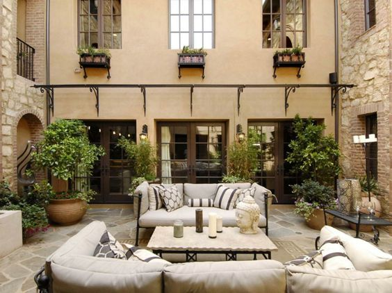 Mediterraner terrassen stil mit möbel aus metall und warmer ...